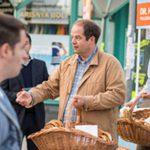 """Csak pislogsz, miféle """"alapvető élelmiszerekkel"""" lepik meg az idős szavazókat Újbudán"""