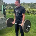 Így bicepszezik Arnold 54 kilóval