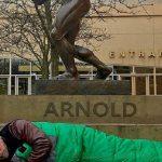 Arnold tényleg kivert kutyaként csövezett egy szálloda előtt?